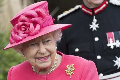 Rita guandalini tutte le broches con tre giro perle for Quanto costa la corona della regina elisabetta