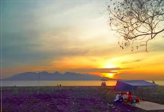 """KEINDAHAN SUNRISE DI PANTAI BOOM  tak Bisa dipungkiri, Banyuwangi menjadi salah satu tempat paling cocok untuk menyaksikan matahari terbit. Bagitu juga dengan Pantai Boom, di saat pagi hari merupakan waktu yang sangat dinantikan oleh para pengunjung Pantai Boom. Menunggu matahari muncul untuk pertama kalinya di daratan pulau Jawa, hal ini pula yang memunculkan julukan """"The Sunrise of Java"""" kepada Kabupaten Banyuwangi, dan di waktu-waktu inilah yang menjadi akan kenangan yang takkan terlupakan."""