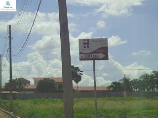 Placas indicam a direção para o Santa Rosa Hotel.