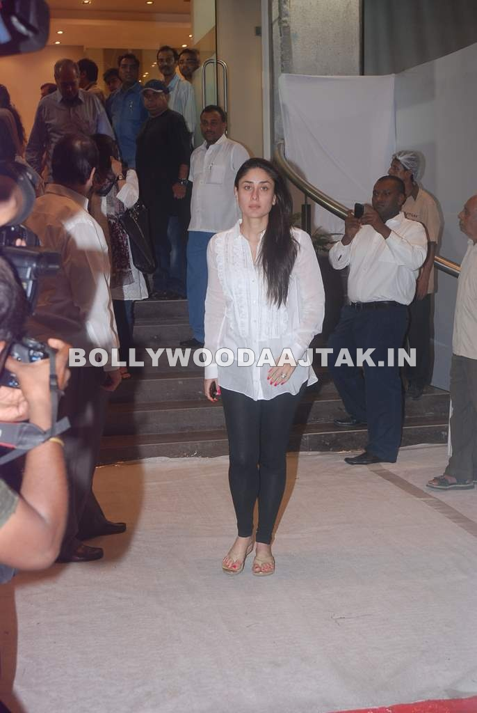 Kareena Kapoor & karishma kapoor at Mona Kapoor prayer meet - Kareena Kapoor & karishma kapoor at Mona Kapoor prayer meet