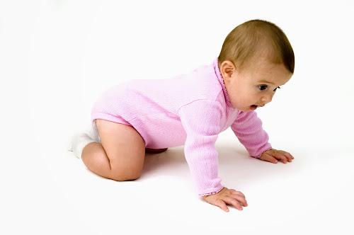 Gambar Bayi Sedang Merangkak