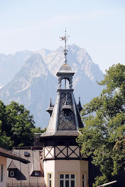 http://www.richard-strauss-institut.de/