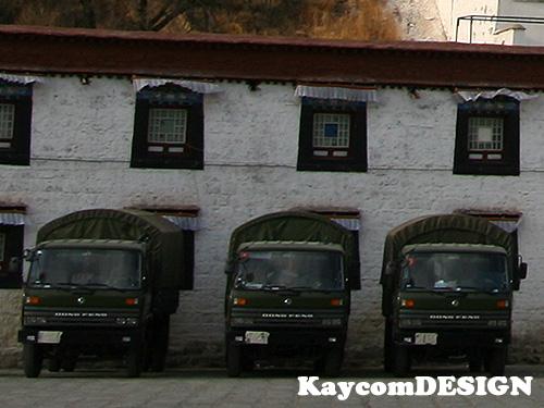 ポタラ宮の前に並ぶナンバーを隠した車輌