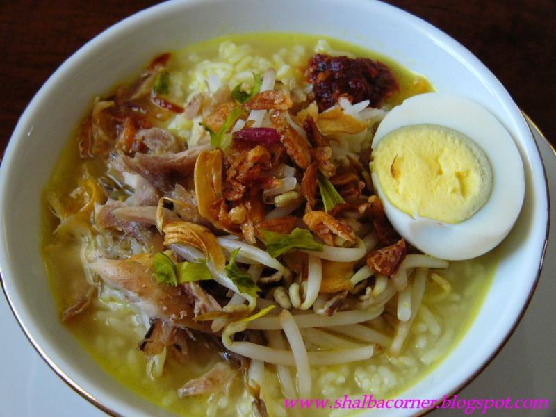 soto kudus asli adalah soto yang disajikan dalam mangkuk porselain ...