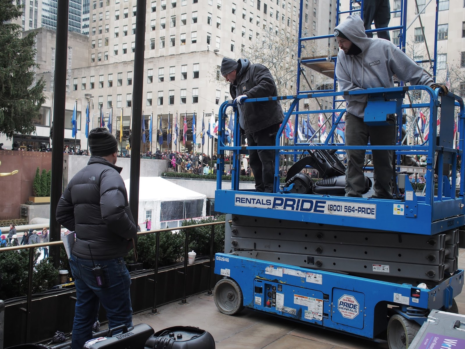 Scaffolding on the Move #scaffoldingonthemove #rockcenter #rockerfellercenter #christmastree 2014