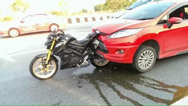 Nempel! Sepeda Motor ini ditabrak dari Belakang oleh Mobil.