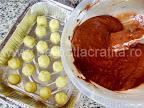 Prajitura preparare reteta - turnam compozitia blatului de ciocolata peste bilutele din branza cu cocos
