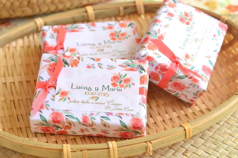 detalles de boda en color naranja coral blanco y verde jabones