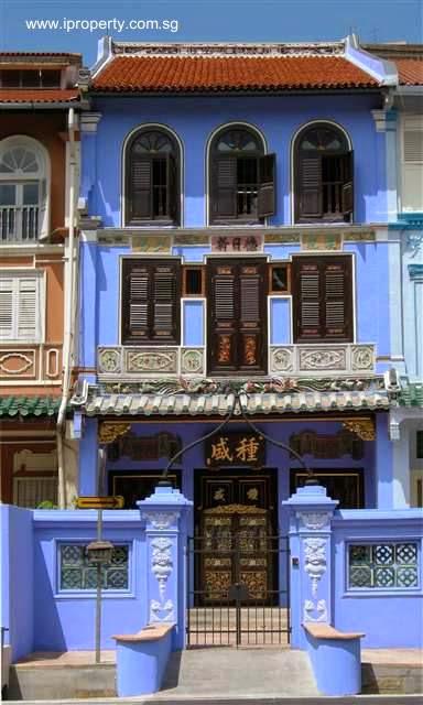 Antigua fachada muy elaborada con ornamentos en casa de Singapur