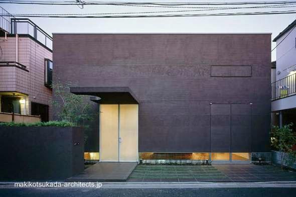Fachada principal de una vivienda urbana japonesa