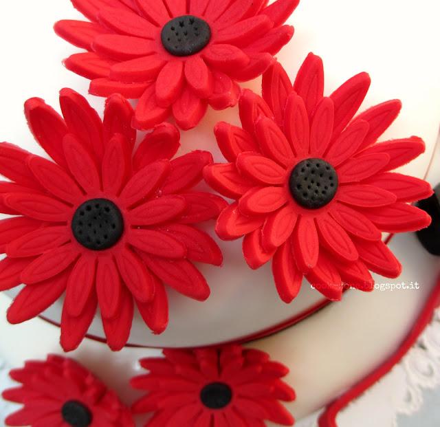 torta a due piani con gerbere rosse per la mia laurea