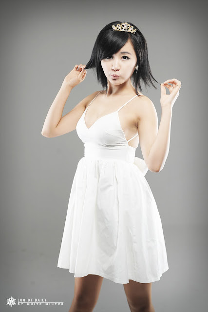 ryu-ji-hye-white-dress-and-tiara-09