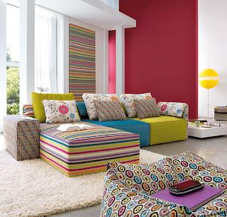 Sofá em tecido de várias cores e padrões moderno