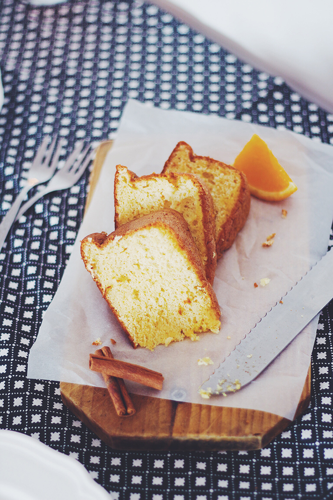 Orange cake with cinnamon cyrup on top - the perfect treat for a cold, lazy sunday. Pin it & save for later!