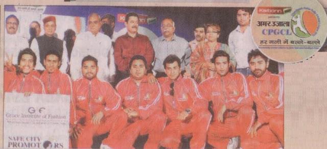 गली क्रिकेट के लीग मुकाबलों तक पहुंची टीम के साथ पूर्व सांसद सत्यपाल जैन व् समारोह के अन्य अतिथि।