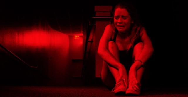 Charlie assusta adolescentes no novo trailer do terror sobrenatural A Forca