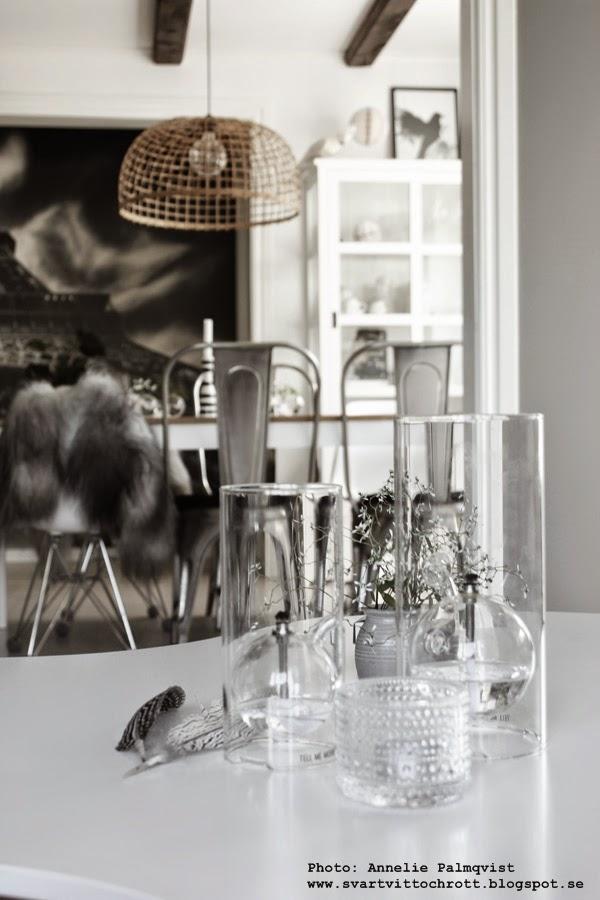 oljelampa från black balloon, tell me more, glas, oljelampor, detaljer på soffbordet, stolar med fårskinn, matsal, vardagsrum, grått, inredning, konsttryck, prints, print, tavla, tavlor,  interiör, interior, vitt och grått