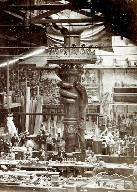 تمثال الحرية كان في الأصل لفلاحة مصرية!.. 09-Incredible-Photos-Statue-Liberty-Being-Constructed-Paris