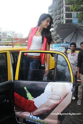 Sarah Jane Dias Promoting Kyaa Super Kool Hain Hum on Mumbai Taxi