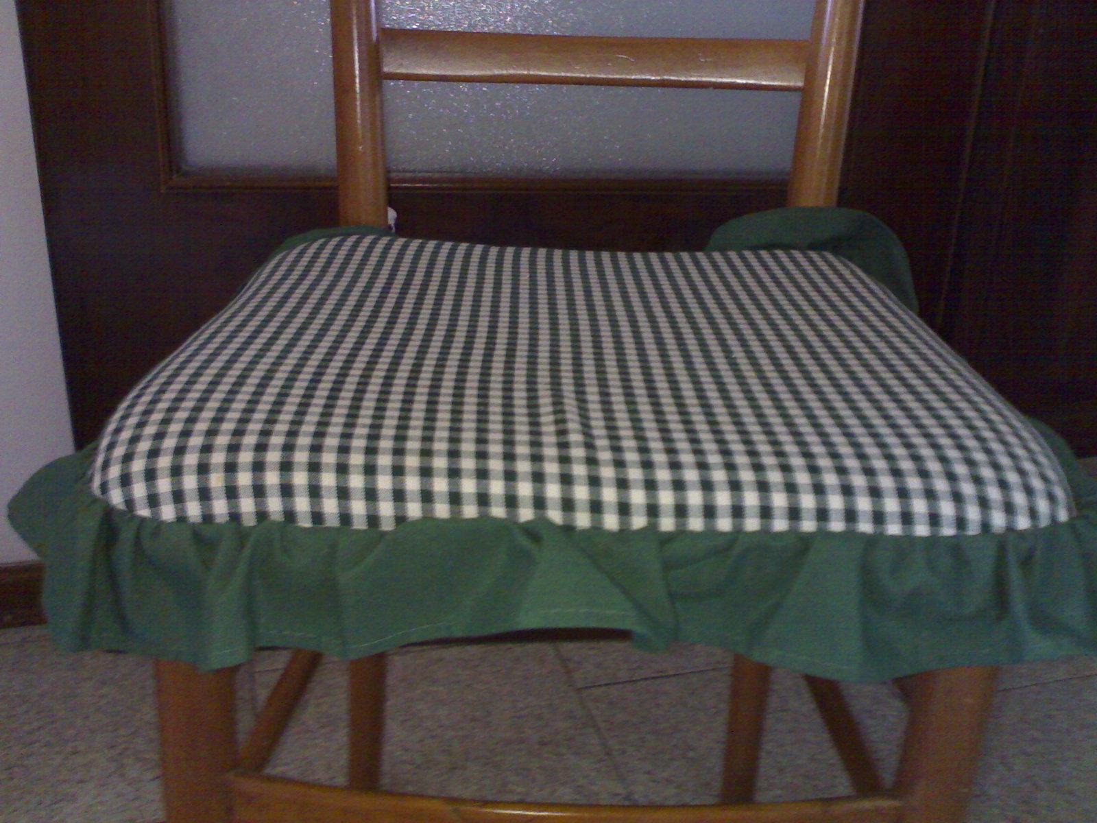 i cuscini per le sedie sono quattro per la cassapanca ho fatto una seduta semplice e lultima foto vi mostra come sono i fiocchi