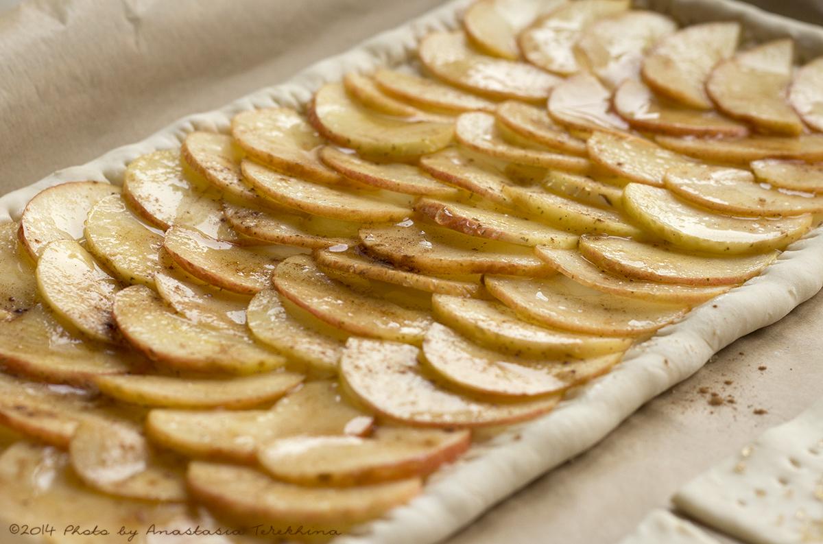 Открытый пирог из слоеного теста с яблоками рецепт пошагово в духовке