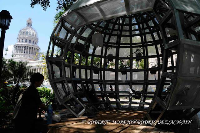 Pull, Propuesta de un lugar en el medio: sin puerta y sin paredes, de la artista neoyorkina Mary Mattingly, expuesta en el Parque Central, como parte de la XII Bienal de La Habana.