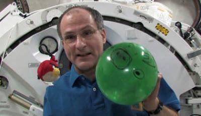 La NASA explica la microgravedad utilizando Angry