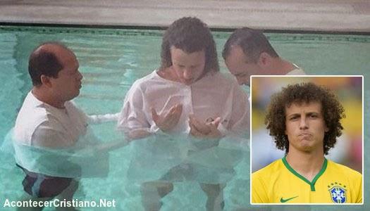 Futbolista David Luiz se bautiza