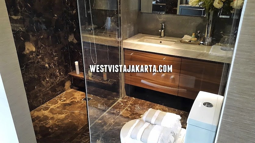 foto design bathroom apartemen west vista keppel land