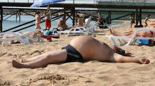 smešne slike: debeli se sunča na plaži