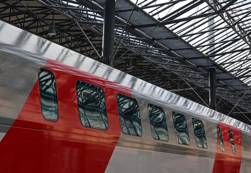 Pormenor duma carruagem e da estrutura metálica do tecto da estação