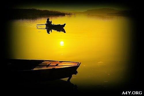 Ảnh chiếc thuyền trên dòng sông buồn