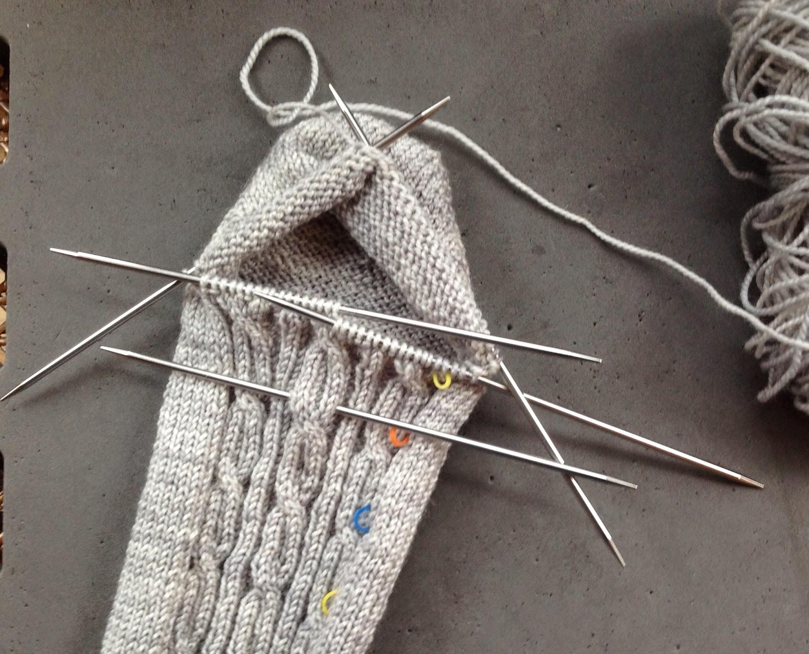 Arenda Holladay: Circular Knitting with DPNs, Magic Loop and Two Circulars