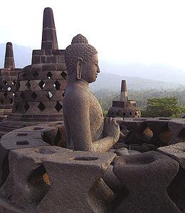 Borobudur adalah nama sebuah candi Buddha yang terletak di Borobudur, Magelang, Jawa Tengah. Lokasi candi adalah kurang lebih 100 km di sebelah barat daya Semarang dan 40 km di sebelah barat laut Yogyakarta. Candi ini didirikan oleh para penganut agama Buddha Mahayana sekitar tahun 800-an Masehi pada masa pemerintahan wangsa Syailendra