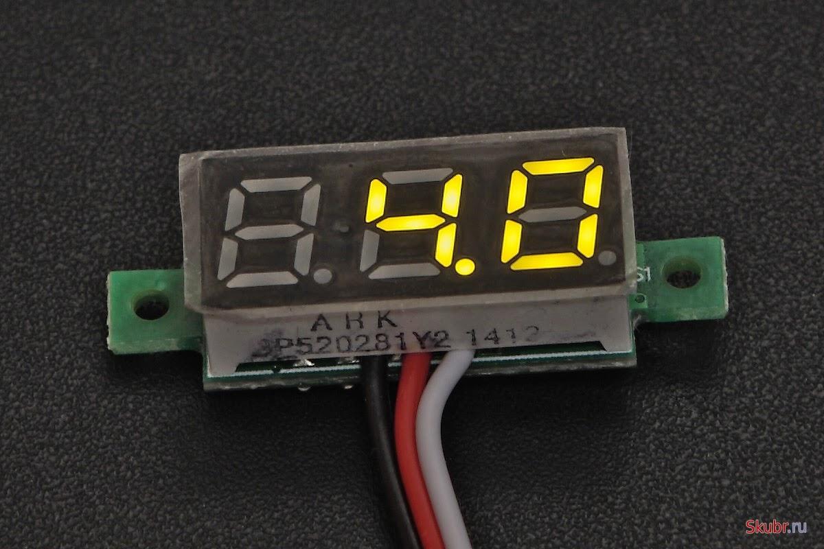 Маленький встраиваемый вольтметр с тремя проводами