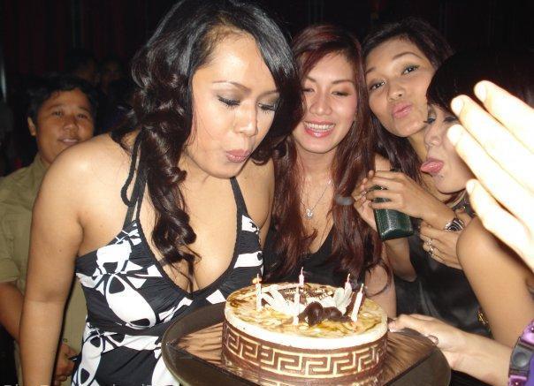 ... perhatikan Mama Party di samping photo gadis smp nyepong penis besar