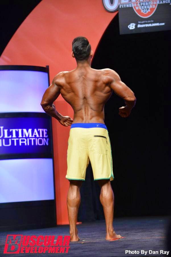O atleta exibiu as costas musculosas durante a apresentação. Foto: Dan Ray/Muscular Development