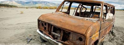 Couverture facebook avec photo d'une carcasse de voiture perdue