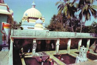 பகவான் நித்யாநந்தா ஆசிரமம் கணேஷ்புரியில் இருக்கும் சுடுநீரூற்று