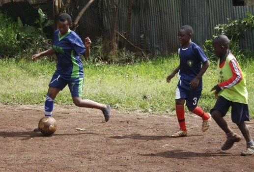 bambine giocano a calcio in kenya