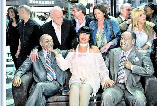 inauguran escultura en homenaje a alberto olmedo y javier