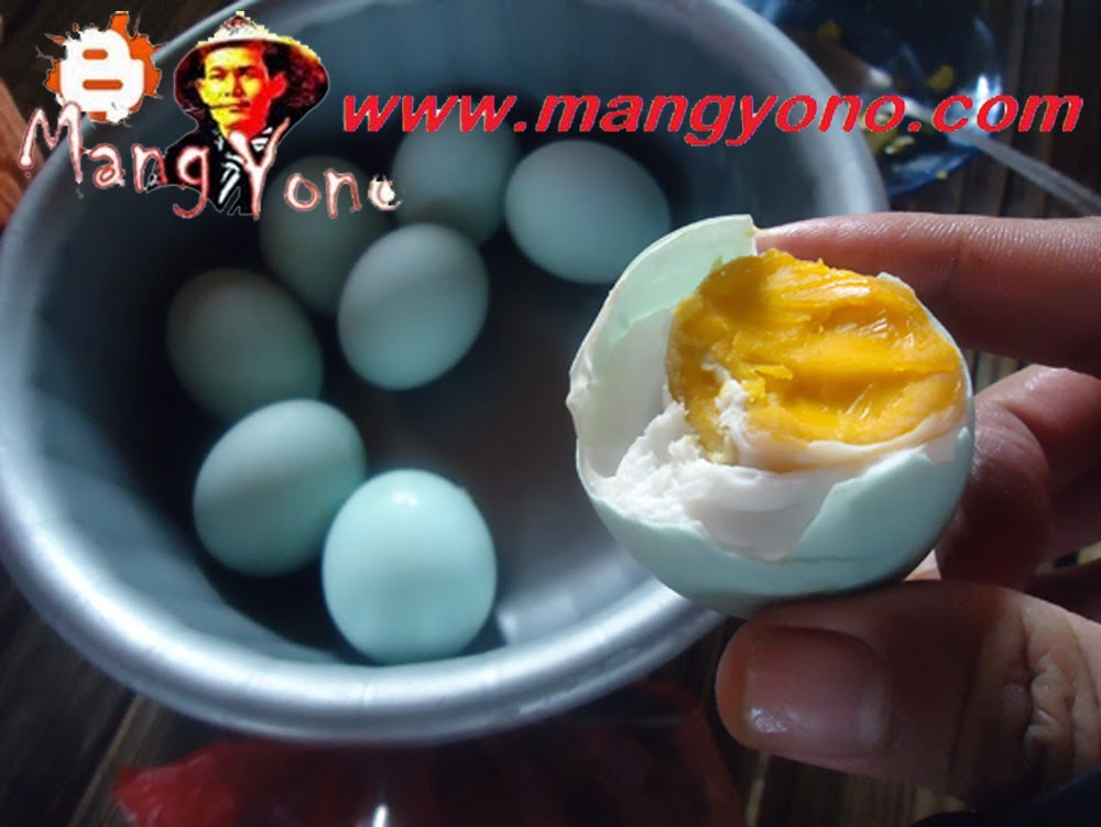 Telur asin yang asli biasanya warna kuning telurnya kemerahan / keorenan.