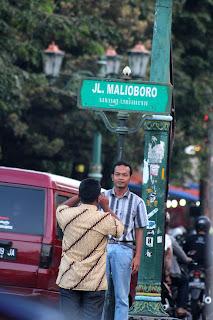 Bergaya di depan papan nama Jalan Malioboro