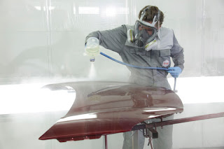 Pintor aplicando color brilliant red de R-M