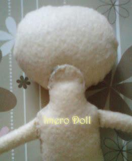 Sambungkan bagian kepala dengan bagian badan boneka.