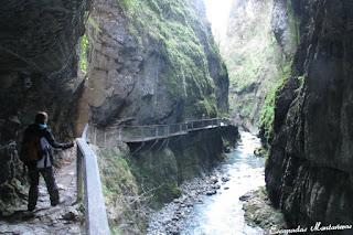 Pasarela junto al rió en las Gorges de Kakouetta.
