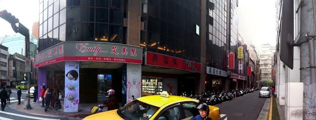 重慶南路的7-11由街角處(現為艾美麗)搬移到了巷子中。攝於2012-01-30