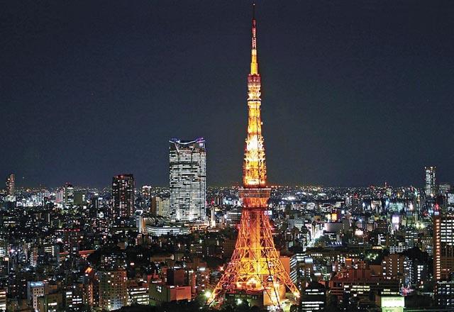 站在巴黎铁塔看东京樱花的图片
