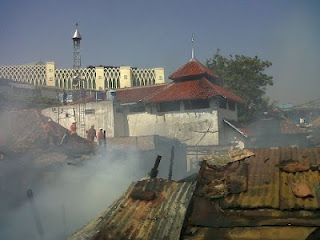 Ajaib! Masjid Tak Terbakar Di Sebelah Rumah Yang Terbakar Habis [ www.BlogApaAja.com ]