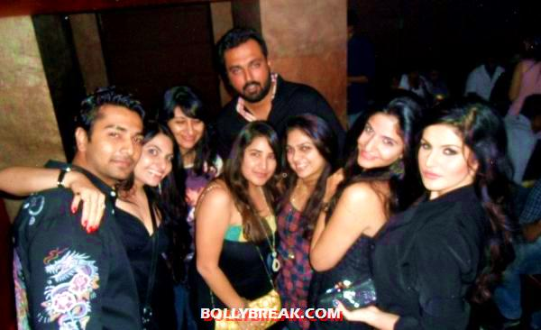 zarine khan with friends - Zarine Khan spotted with her Friends!